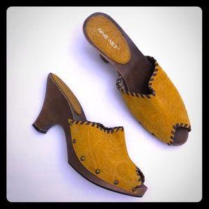 VTG NINE WEST Sz 9 Leather Mustard Color Mules